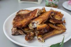 Pollo asado en la tabla de madera, Imagenes de archivo