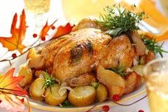 Pollo asado entero con las patatas y las manzanas imagen de archivo