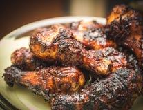 Pollo asado a la parilla con la salsa y las especias fotografía de archivo libre de regalías