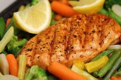 Pollo asado a la parilla con las verduras frescas Imágenes de archivo libres de regalías