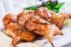 Pollo asado a la parilla en la placa blanca Fotografía de archivo
