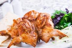 Pollo asado a la parilla en la placa blanca Foto de archivo