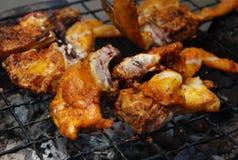 Pollo asado a la parilla vendido por el vendedor de alimento de la calle Fotografía de archivo