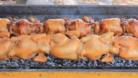 Pollo asado a la parrilla almacen de metraje de vídeo