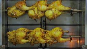 Pollo asado a la parrilla cocinado en un escupitajo metrajes
