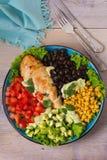 Pollo asado a la parrilla con el aguacate, los tomates, el maíz dulce, las habas y la lechuga Ensalada de pollo colorida al sudoe Fotos de archivo libres de regalías