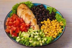 Pollo asado a la parrilla con el aguacate, los tomates, el maíz dulce, las habas y la lechuga Ensalada de pollo colorida al sudoe Foto de archivo