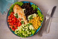 Pollo asado a la parrilla con el aguacate, los tomates, el maíz dulce, las habas y la lechuga Ensalada de pollo colorida al sudoe Imagen de archivo libre de regalías