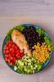 Pollo asado a la parrilla con el aguacate, los tomates, el maíz dulce, las habas y la lechuga Ensalada de pollo colorida al sudoe Imagen de archivo