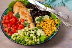 Pollo asado a la parrilla con el aguacate, los tomates, el maíz dulce, las habas y la lechuga Ensalada de pollo colorida al sudoe Fotografía de archivo