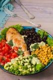 Pollo asado a la parrilla con el aguacate, los tomates, el maíz dulce, las habas y la lechuga Ensalada de pollo colorida al sudoe Fotografía de archivo libre de regalías