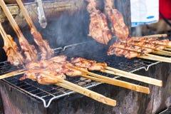 Pollo asado a la parrilla con el humo, un menú delicioso que fácil encontrar en mercado local Imagen de archivo libre de regalías