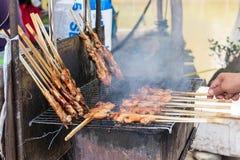 Pollo asado a la parrilla con el humo, un menú delicioso que fácil encontrar en mercado local Foto de archivo libre de regalías