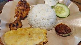 Pollo asado a la parrilla con el tempeh y la salsa caliente fritos fotografía de archivo libre de regalías