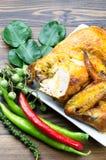 Pollo asado a la parrilla con la hierba tailandesa foto de archivo