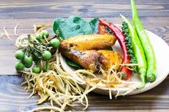 Pollo asado a la parrilla con la hierba tailandesa fotografía de archivo