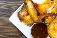 Pollo asado a la parrilla con la salsa picante - estilo tailandés fotos de archivo libres de regalías