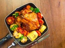 Pollo asado a la parrilla con muchas verduras orgánicas Foto de archivo