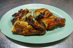 Pollo asado a la parrilla del asador del Bbq del pollo en platos Foto de archivo