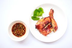 Pollo asado a la parrilla en la placa blanca con la salsa Imagen de archivo libre de regalías