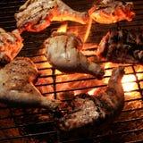 Pollo asado a la parrilla en una llama abierta Imagen de archivo libre de regalías