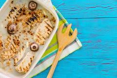 Pollo asado a la parrilla sabroso con la salsa cremosa y el ajo fotografía de archivo libre de regalías