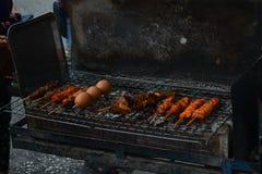 Pollo asado a la parrilla y huevo asado a la parrilla en la comida de la calle del vendedor ambulante, provincia de songkhla en e imagenes de archivo