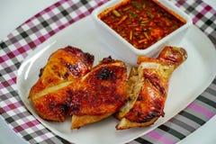 Pollo asado a la parrilla y salsa picante imagen de archivo