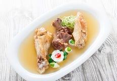 Pollo casalingo della gelatina decorato con i verdi e le uova sul piatto sulla fine di legno del fondo su Fotografie Stock Libere da Diritti