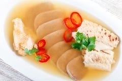 Pollo casalingo della gelatina decorato con i verdi e le uova sul piatto sulla fine di legno del fondo su Fotografia Stock Libera da Diritti