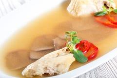 Pollo casalingo della gelatina decorato con i verdi e le uova sul piatto sulla fine di legno del fondo su Fotografie Stock