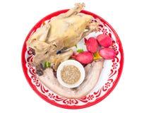 Pollo, cerdo y huevo cocidos al vapor en la bandeja para la celebración china del Año Nuevo aislada Fotografía de archivo libre de regalías