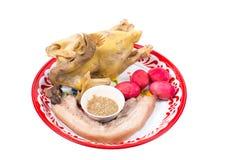 Pollo, cerdo y huevo cocidos al vapor en la bandeja para la celebración china del Año Nuevo aislada Imagen de archivo libre de regalías