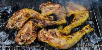 Pollo che cucina sulla griglia del barbecue, primo piano Immagini Stock Libere da Diritti