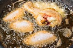 Pollo che frigge in una pentola Immagini Stock Libere da Diritti