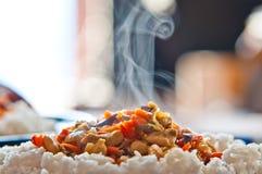 Pollo chino del alimento con los vehículos y el arroz Foto de archivo libre de regalías
