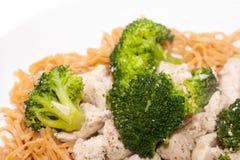 Pollo cinese del broccolo con le tagliatelle dell'uovo Immagini Stock