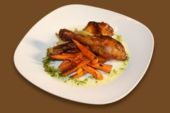 Pollo cocido al horno con las zanahorias Fotografía de archivo