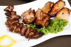Pollo cocido al horno y corazón fritos Fotografía de archivo libre de regalías