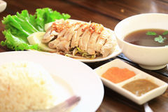 Pollo cocido al vapor con el arroz, estilo de Malasia, como fondo de las comidas Foto de archivo