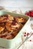 Pollo cocido con la baya, el romero y el ajo rojos imagenes de archivo
