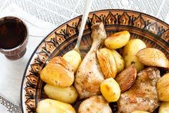 Pollo cocido con la patata y el Apple-membrillo Fotografía de archivo libre de regalías