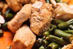 Pollo cocido con las habas verdes Fotografía de archivo