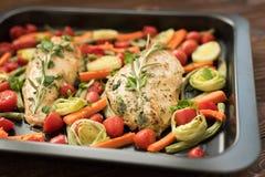 Pollo cocido con los tomates de la albahaca, de la zanahoria y de cereza Fotos de archivo