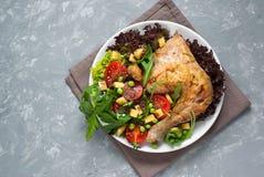 Pollo cocido con una ensalada Fotos de archivo