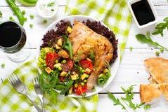 Pollo cocido con una ensalada Imágenes de archivo libres de regalías