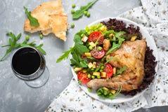 Pollo cocido con una ensalada Fotografía de archivo libre de regalías