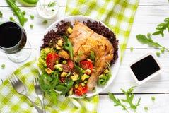 Pollo cocido con una ensalada Imagen de archivo