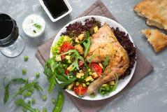 Pollo cocido con una ensalada Foto de archivo