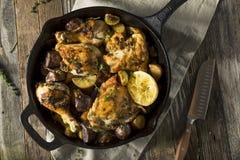 Pollo cocido hecho en casa en una sartén foto de archivo